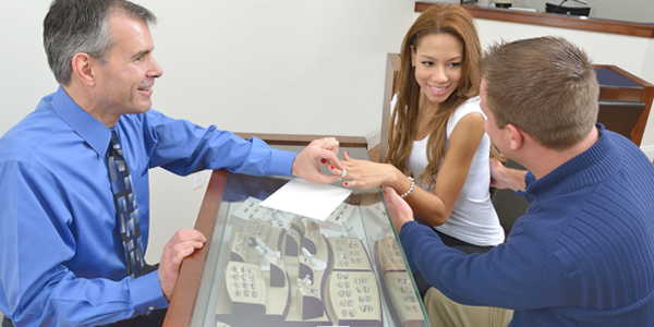 couple-shopping-jeweler-600x300